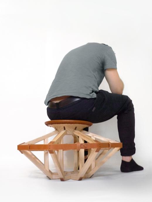 Motif assise Galilei - bois et cuir - design expérimental - structure architecturale - Anja Clerc Design