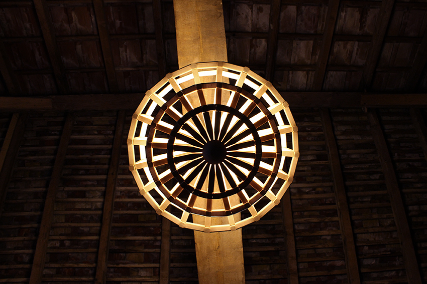 grand lustre bois cuir, luminaire sur-mesure, architecture, motifs, lumière, Anja Clerc Design