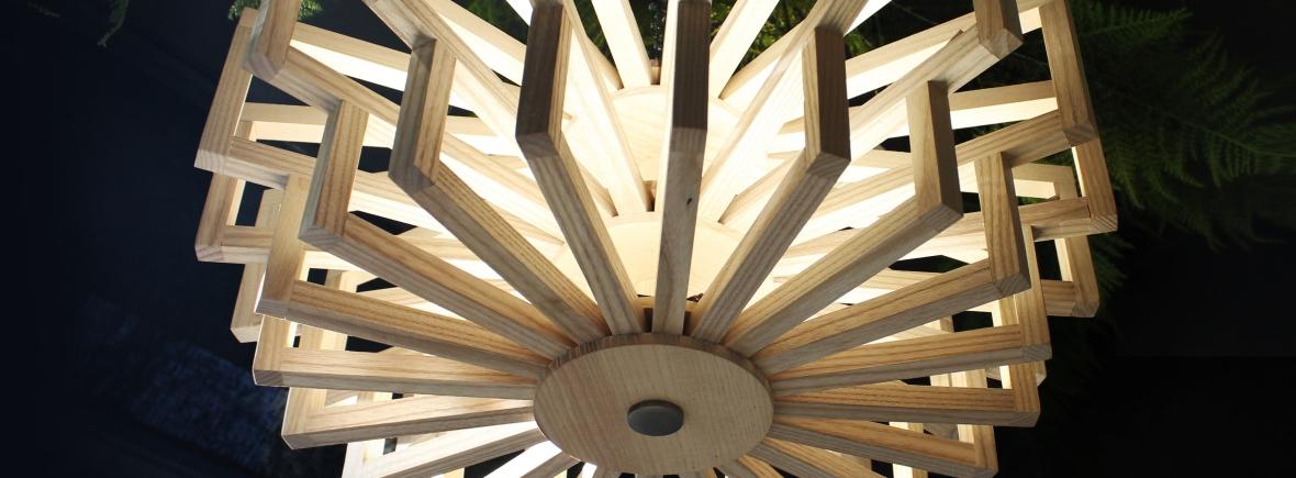 Lustre bois, luminaire sur-mesure, lumière ornementale, LED, designer Anja Clerc