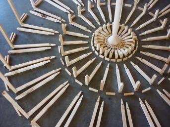grand lustre bois cuir, luminaire sur-mesure, assemblage traditionnel, artisanat, motifs, Anja Clerc Design